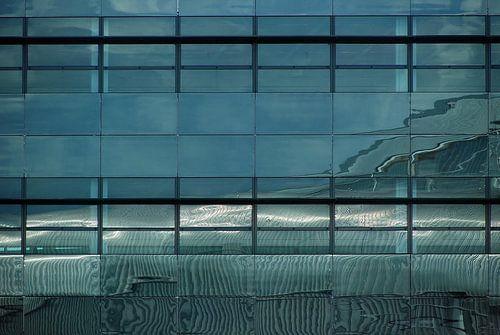 Abstract weerspiegeld lijnenspel in blauw zwart wit van