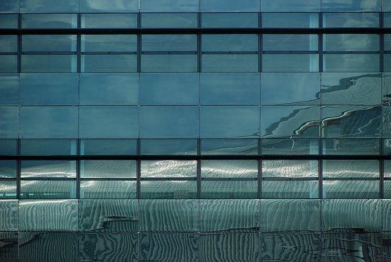 Abstract weerspiegeld lijnenspel in blauw zwart wit