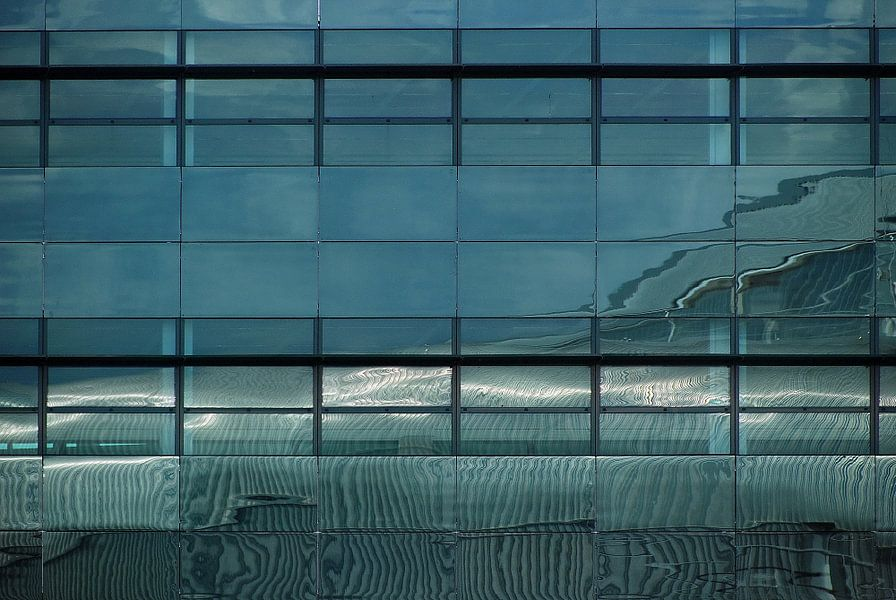 Abstract weerspiegeld lijnenspel in blauw zwart wit van Annemie Hiele
