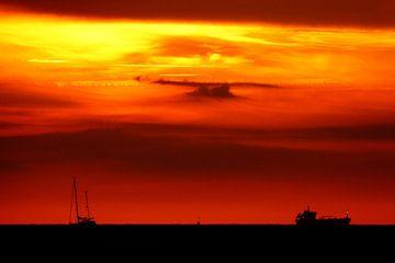 zonsondergang op zee met de silhouetten van 2 boten van Jessica Berendsen