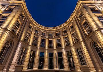 De Koninklijke Schouwburg in Den Haag in de avond. van Claudio Duarte