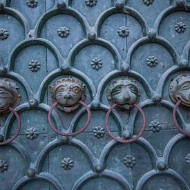 Kloppers op de deur van de San Marco Basiliek in Venetie, Italie met bronze leeuwenkoppen van Joost Adriaanse