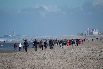 Uitwaaien op het strand van Kijkduin. Scheveningen is in de verte te zien. van