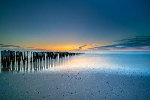 Golfbrekers tijdens verstilde zonsondergang aan de Zeeuwse Kust
