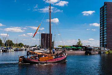 Botter verlaat de Haven Van Almere Haven