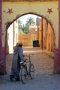 Eenzame fietser in Marokko van