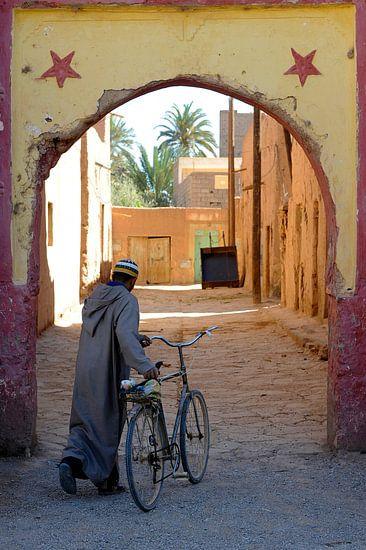 Eenzame fietser in Marokko