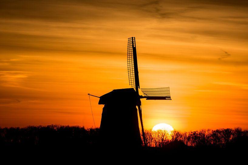 zonsopkomst met oude molen 01 van Arjen Schippers