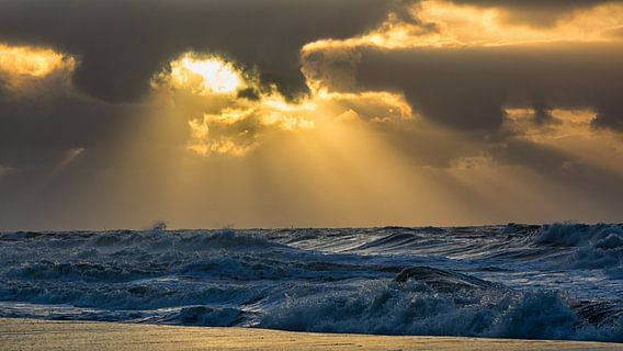 Storm, zonsondergang en branding