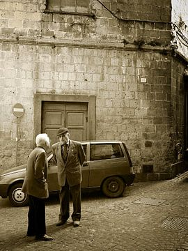Scène de rue italienne typique avec des hommes âgés en sépia sur iPics Photography