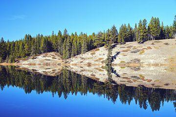 Weerspiegeling Johnson Lake - Canada van Anneke Nijenhuis