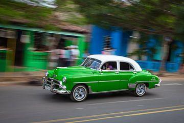Oldtimer klassieke auto in centrum van Havana Cuba. One2expose Wout Kok Photography van Wout Kok
