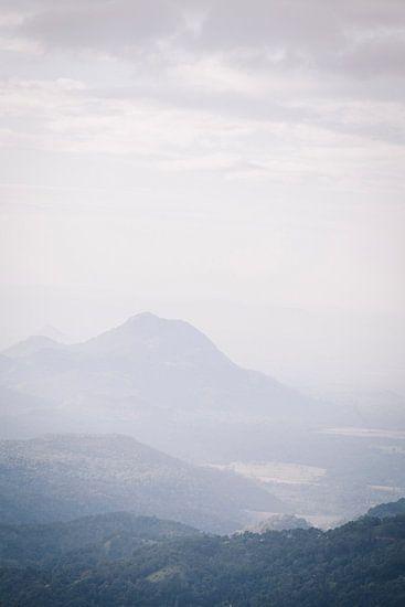 Uitzicht vanaf de Little Adams Peak in Ella, Sri Lanla van Rebecca Gruppen