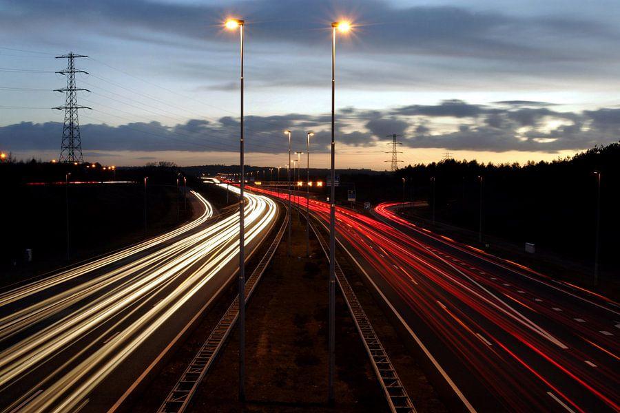 A50 bij Arnhem aan het begin van de avond. van Luuk van der Lee