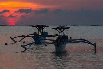 Traditionele Balinese boten (Jukung) bij zonsondergang op Bali Indonesië sur Willem Vernes