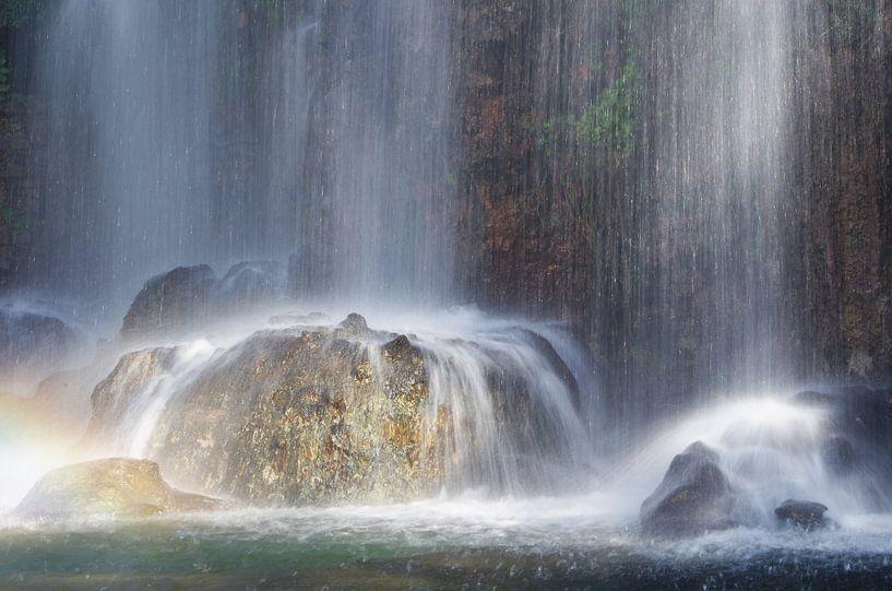 Zonlicht op een waterval van Romuald van Velde