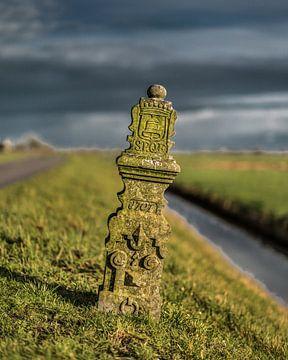 Historisch markeringspaaltje langs de Friese Slagtedyk van Harrie Muis