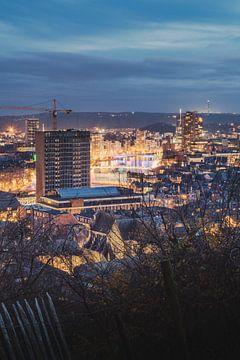 Uitzicht over het kleurrijk verlichte Luik vanaf de citadel tijdens blue hour van Daan Duvillier