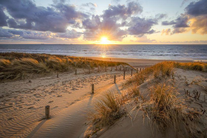 coucher de soleil à la plage avec des nuages sur Dirk van Egmond