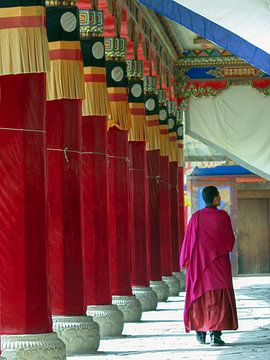 Monnik in rode pilaren galerij, Xiahe China van Simone Zomerdijk
