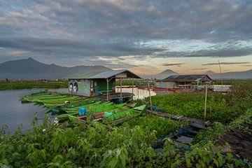 Lever du soleil au lac Rawapening dans le centre de Java sur Anges van der Logt