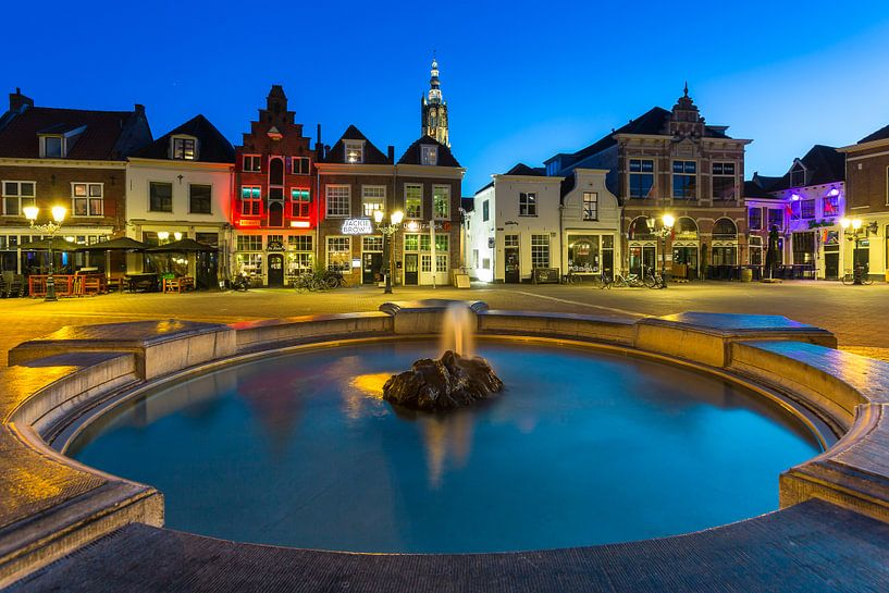 Fontein op de Hof in Amersfoort in de avond schermering van Marcel van den Bos