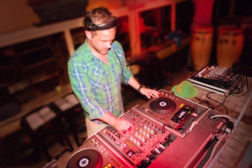DJ Nilz tijdens het Aardbijna dancefeest van Kaap Hoorn Gallery