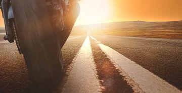 Moto au coucher du soleil sur Thomas Heitz