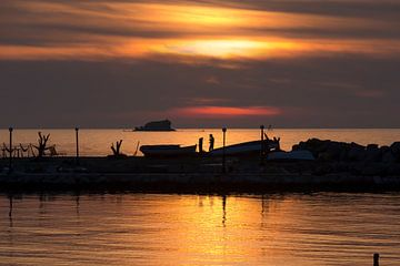 Zonsondergang op Lesbos, Griekenland van Rob IJsselstein