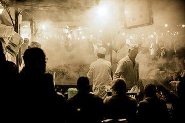 Etensstalletjes op het Djemaa el Fna plein in Marrakesh in Marokko. Je kunt er in de avond heerlijk  van Bas Meelker