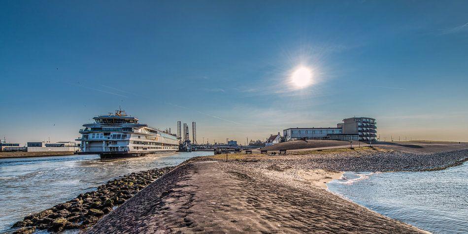 Het uiterste noordpuntje van Den Helder met binnenkomende veerboot. van Harrie Muis