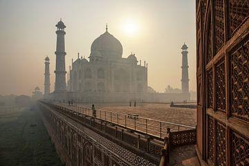 De prachtige Taj Mahal in de ochtend, Agra - India van Tjeerd Kruse