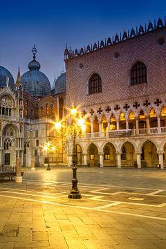 Venetië - Basiliek van San Marco & Dogepaleis in het Blauwe Uur van Melanie Viola