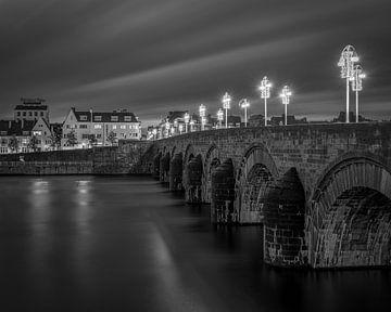 Pont de St Servaas et Wijck en noir et blanc I sur Teun Ruijters