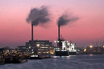 Le port de Rotterdam au coucher du soleil sur Nisangha Masselink