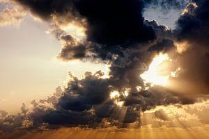Zonnestralen door wolken