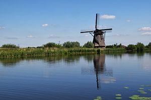 Sehr holländische Landschaft mit einer Windmühle im Ablasserwaard in der Nähe des Dorfes Kinderdijk. von Robin Verhoef