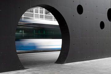 Stadsbus onderweg naar station sur Marco de Groot