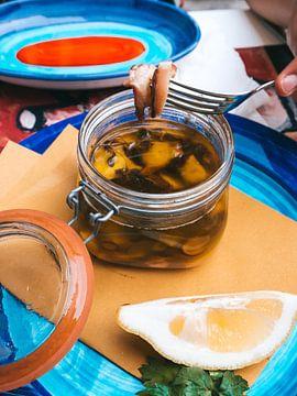 Slow cooked octopus op gekleurde borden in een Italiaanse Taverna Amalfi, Italië van Michiel Dros