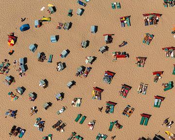 Luftaufnahme von Menschen und Liegestühlen am Strand von aerovista luchtfotografie