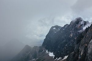 Bergtop aan de windsels van de nevel ontworsteld van