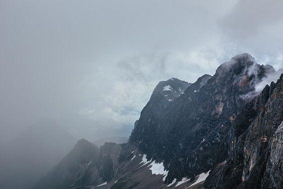 Bergtop aan de windsels van de nevel ontworsteld