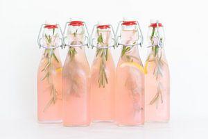 Huisgemaakte roze cranberry-citroen limonade van