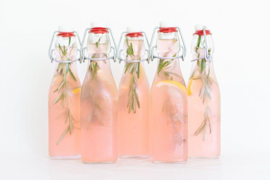 Huisgemaakte roze cranberry-citroen limonade van Anki Wijnen