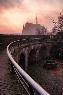 Nebel über der Hooglandse Kerk Leiden von Eric van den Bandt