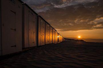 Strandhuisjes bij zonsondergang van