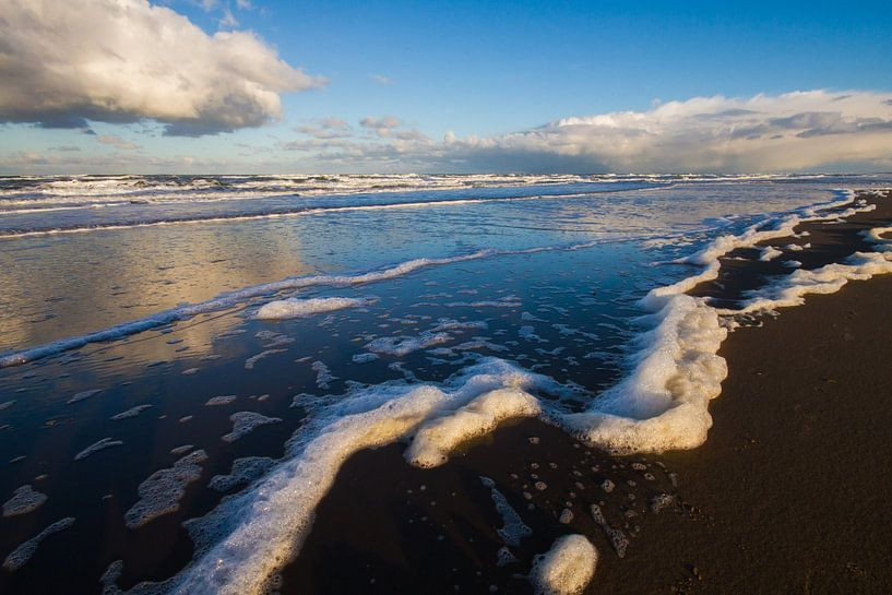 Zeeschuim aangespoeld op strand Katwijk van Menno van Duijn