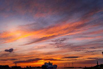 Boot tijdens zondsondergang op de Nieuwe Waterweg van Nathan Okkerse