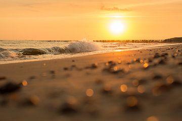 Sonnenuntergang in der Brandung von StrandArt.nl