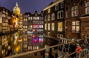 Stadsgezicht in de nacht van Amsterdam van